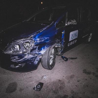 В Киеве пьяный водитель Uber пытался сбить двух девушек, но влетел в грузовик (видео)