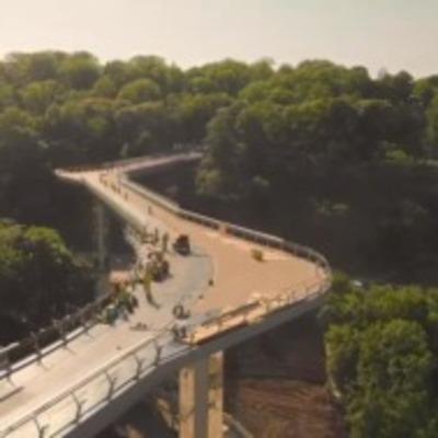 Пешеходный мост в Киеве показали с дрона (видео)