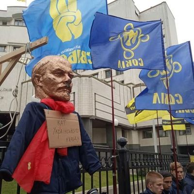 К зданию Конституционного суда принесли Ленина на виселице