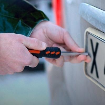 На Оболони подростки откручивают номера с машин (видео)