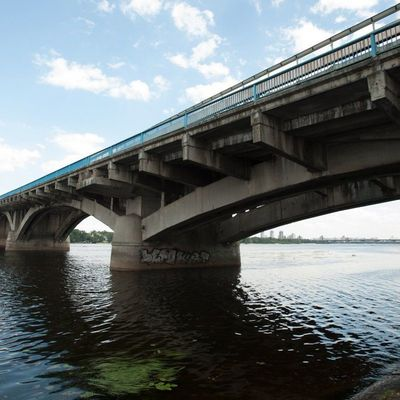 В Киеве девушка из-за конфликта с возлюбленным спрыгнула с моста Метро
