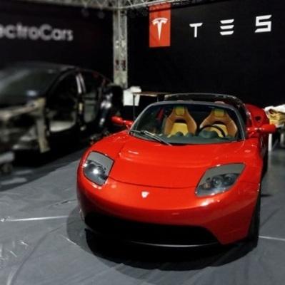 В Киев на выставку электрокаров впервые привезли Tesla Rоadster