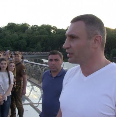 Кличко пообещал, что защитную стекло-пленку, которую, повредили вандалы на новом мосту, восстановят в течение суток