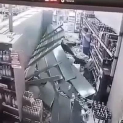 В киевском супермаркете обвалились полки с алкоголем (видео)