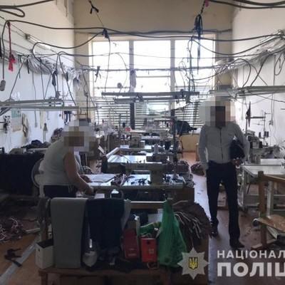 Десять мигрантов шили поддельную под известные бренды одежду в Одесской области