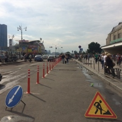 В Киеве возле здания железнодорожного вокзала появились делинеаторы