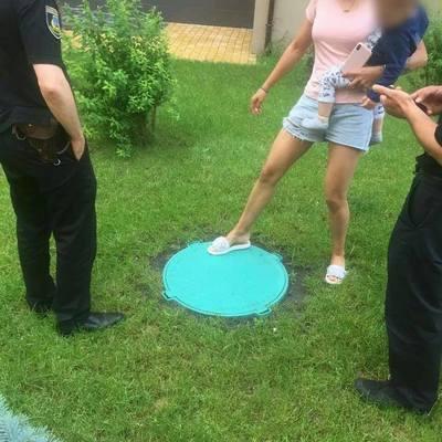 В Василькове ребенок упал в канализационный люк, когда мать вела его за руку