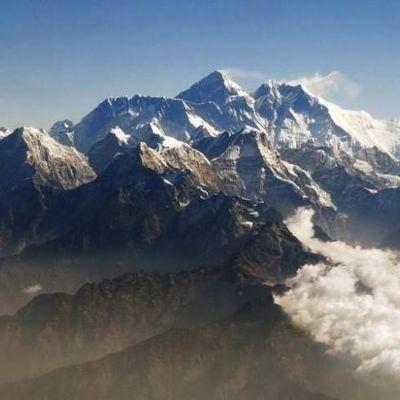 Альпинисты спустили 11 тонн мусора с Эвереста