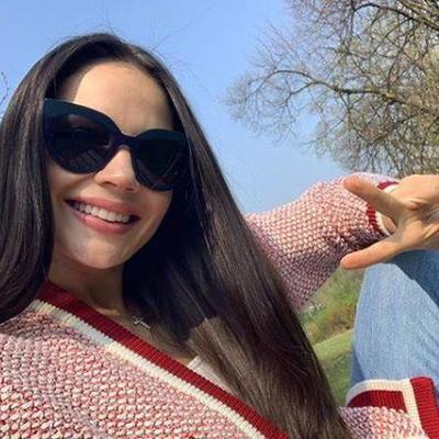 Поцеловала телевизор: как жена Коноплянки радовалась дублю мужа в ворота сборной Сербии (видео)