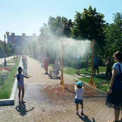 В киевских парках устанавливают охлаждающие арки