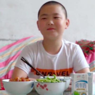 В Китае мальчик поправился на 14 килограммов ради спасения отца