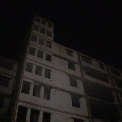 На Подоле парень выпрыгнул из окна заброшенного здания