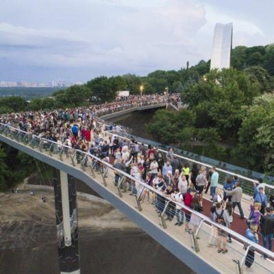 Новый пешеходный мост в Киеве закрыли