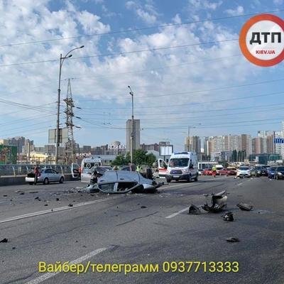 Машину разнесло на части: в Киеве произошло страшное ДТП (фото)
