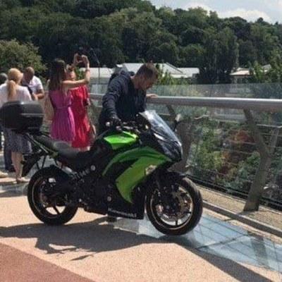На стеклянной части «моста Кличко» заметили мотоциклиста