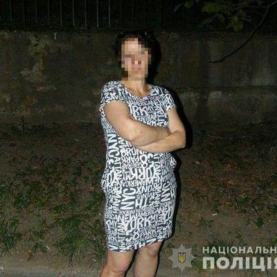 В Киеве злоумышленница ограбила женщину на остановке