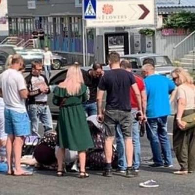 В Киеве автомобиль сбил женщину с ребенком, водитель пытался скрыться
