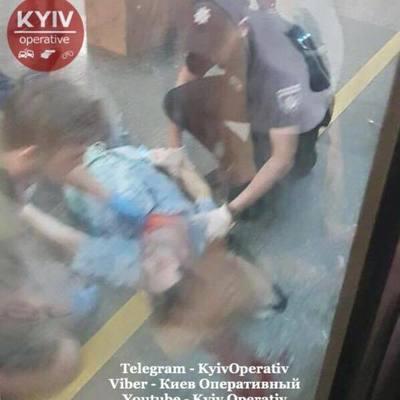 Упал на рельсы: в киевском метро произошло ЧП
