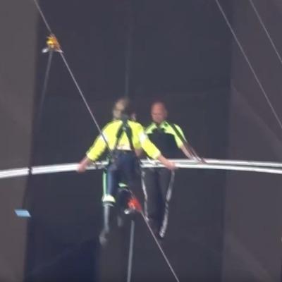 В США эквилибристы прошли по канату над Таймс-сквер (видео)