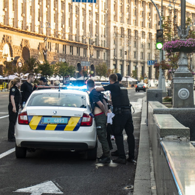 На Крещатике пьяные участники массовой драки напали на патрульных