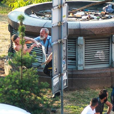 На Бессарабке избили парня, который справлял нужду в зеленой зоне (видео)