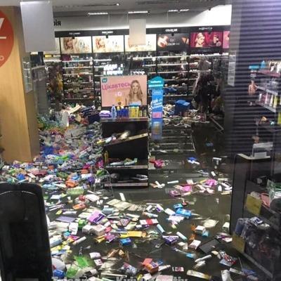 В Киеве из-за ливня затопило известный магазин косметики