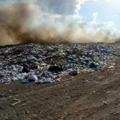 В Николаевской области уже почти сутки горит свалка
