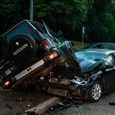 В центре Киева столкнулись военный Nissan Patrol и Volkswagen Jetta