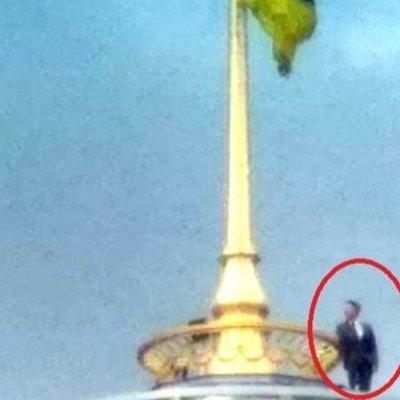 На вершине купола Верховной Рады неизвестный мужчина в деловом костюме делал селфи