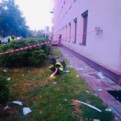 В Киеве полицейские разыскивают злоумышленника, который выстрелил в фасад здания телеканала