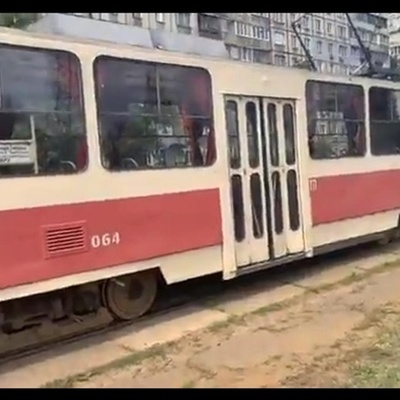 У трамвая отказали тормоза и он потерял управление
