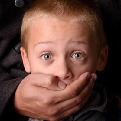 В киевском ТРЦ педофил совратил мальчика, который раздавал листовки