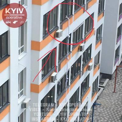 Под Киевом мужчина решил спуститься из окна квартиры на простынях, но упал