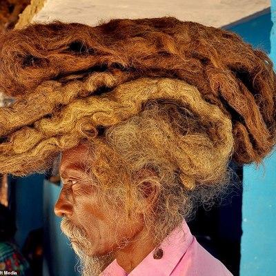 В Индии мужчина 40 лет не мыл голову и не стриг волосы