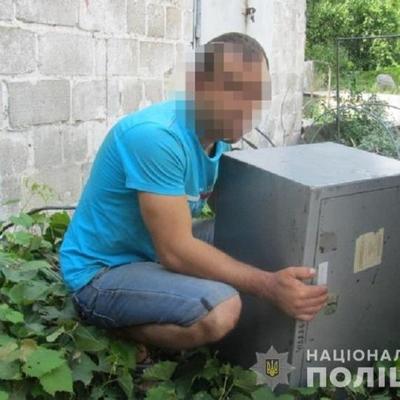 В Киеве мужчина украл с работы сейф с деньгами