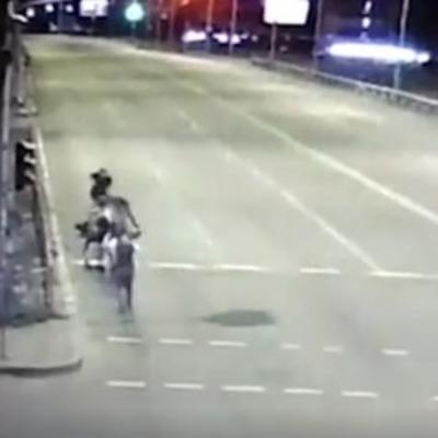 В Киеве толпа молодчиков напала на полицейского