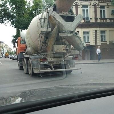 В Киеве бензовоз залил бетоном всю дорогу