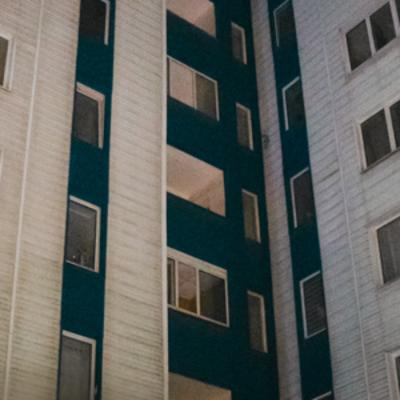 В Киеве на проспекте Тычины девушка выпала из окна высотки
