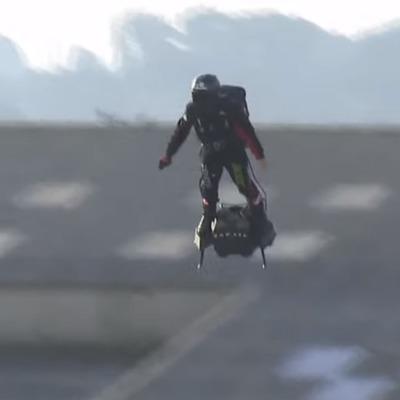 Француз пересек Ла-Манш на реактивном летающем борде собственной конструкции (видео)