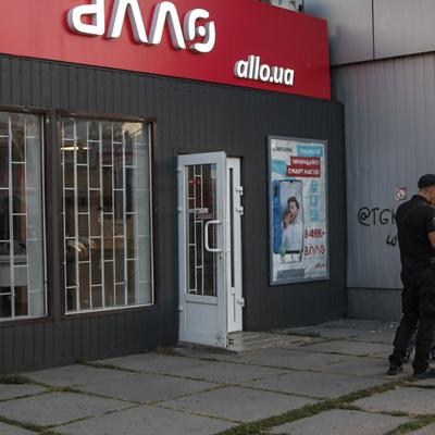 Вынесли 30 смартфонов: в Киеве за 2 минуты ограбили магазин
