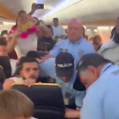 Пассажира  пожизненно лишили перелетов после того, как он  ударил стюардессу