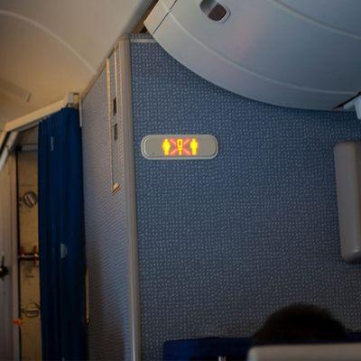 Пассажир установил в туалете самолета скрытую камеру