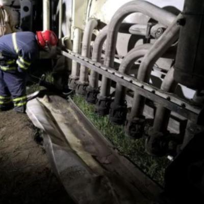 Под Киевом перевернулся бензовоз, топливо растеклось по трассе