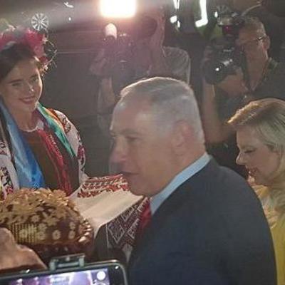 Жена Нетаньяху бросила хлеб-соль на землю по прилету в Киев