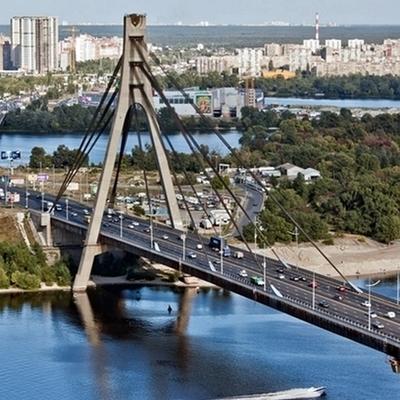 В Киеве спасателям пришлось снимать шестерых детей с моста