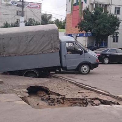 """В Киеве """"газель"""" провалилась под асфальт"""