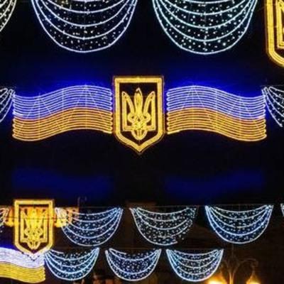 Киев украсили более 700 государственными флагами и праздничной иллюминацией