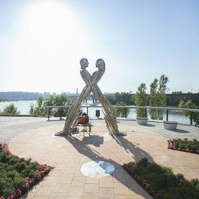 На Днепровской набережной установили скульптуру «Единение»