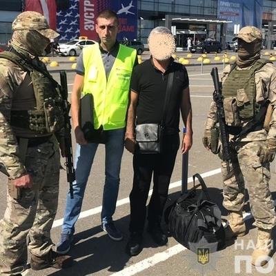 Оперативники принудительно выдворили из Украины 55-летнего иностранца, который считается