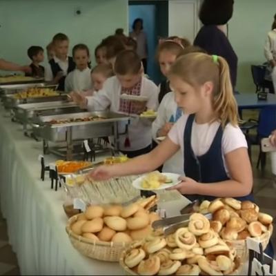 В Киеве 27 школ изменят систему питания на шведский стол